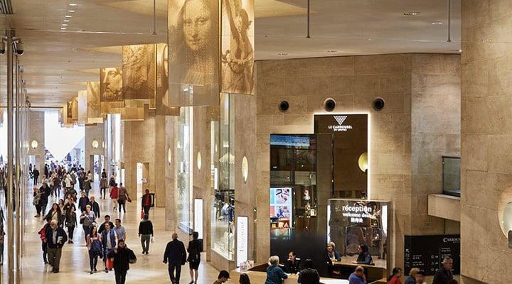 Interior do Carrousel du Louvre em Paris