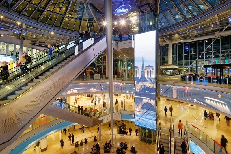 Interior do shopping Les Quatre Temps em Paris