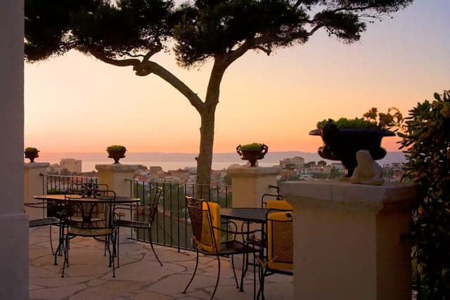 554ab2d792a Já o Peron é um restaurantes para passar uma noite em Marselha mais  informal – e à beira do mar! Veja mais em restaurantes em Marselha.