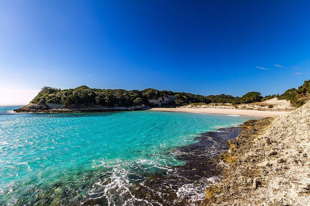 Vista lateral da Praia do Petit Sperone
