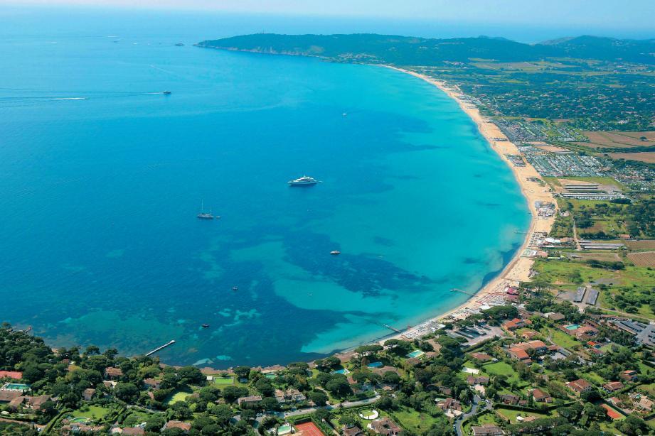 Vista aérea da Praia de Pampelonne na França