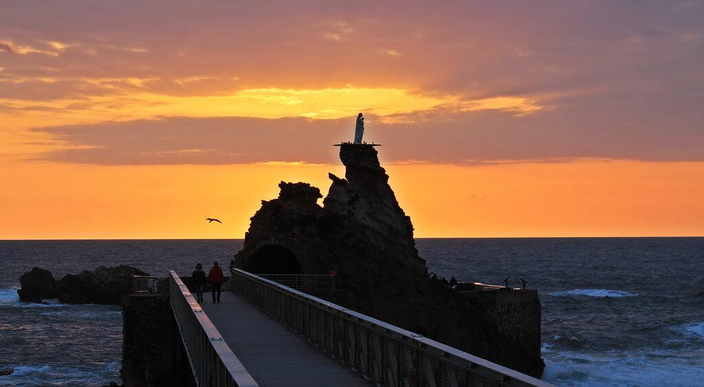 Entardecer no Rocher de la Vierge em Biarritz