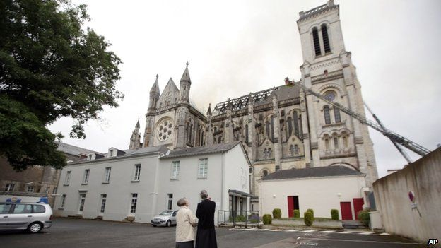 Fogo na Catedral de Nantes