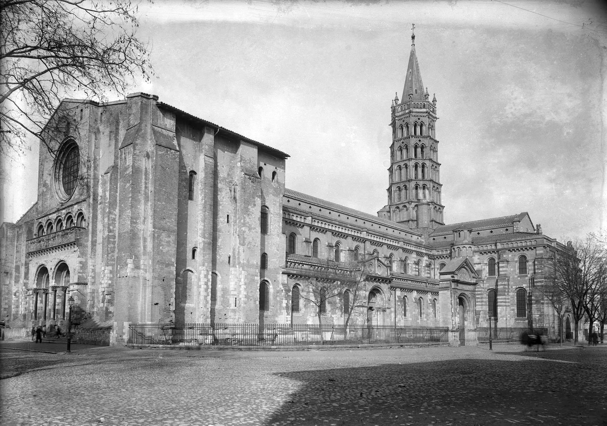 Foto antiga da Básilica de Saint Sernin em Toulouse
